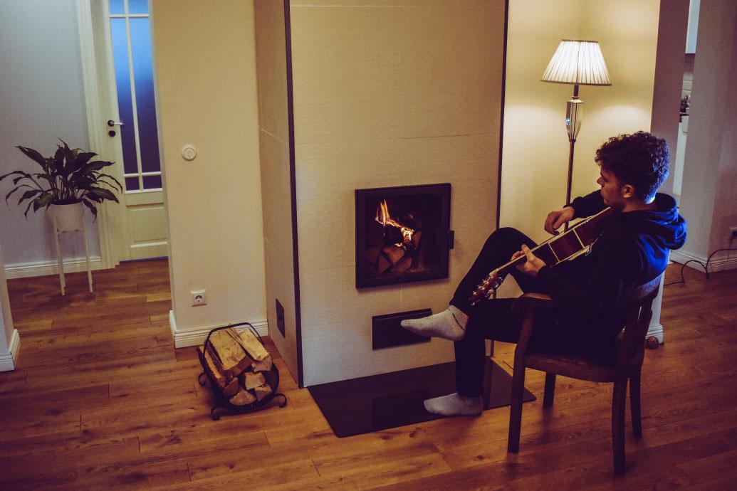 Kitarrist soojendamas varbaid moodulahi Baruto ees