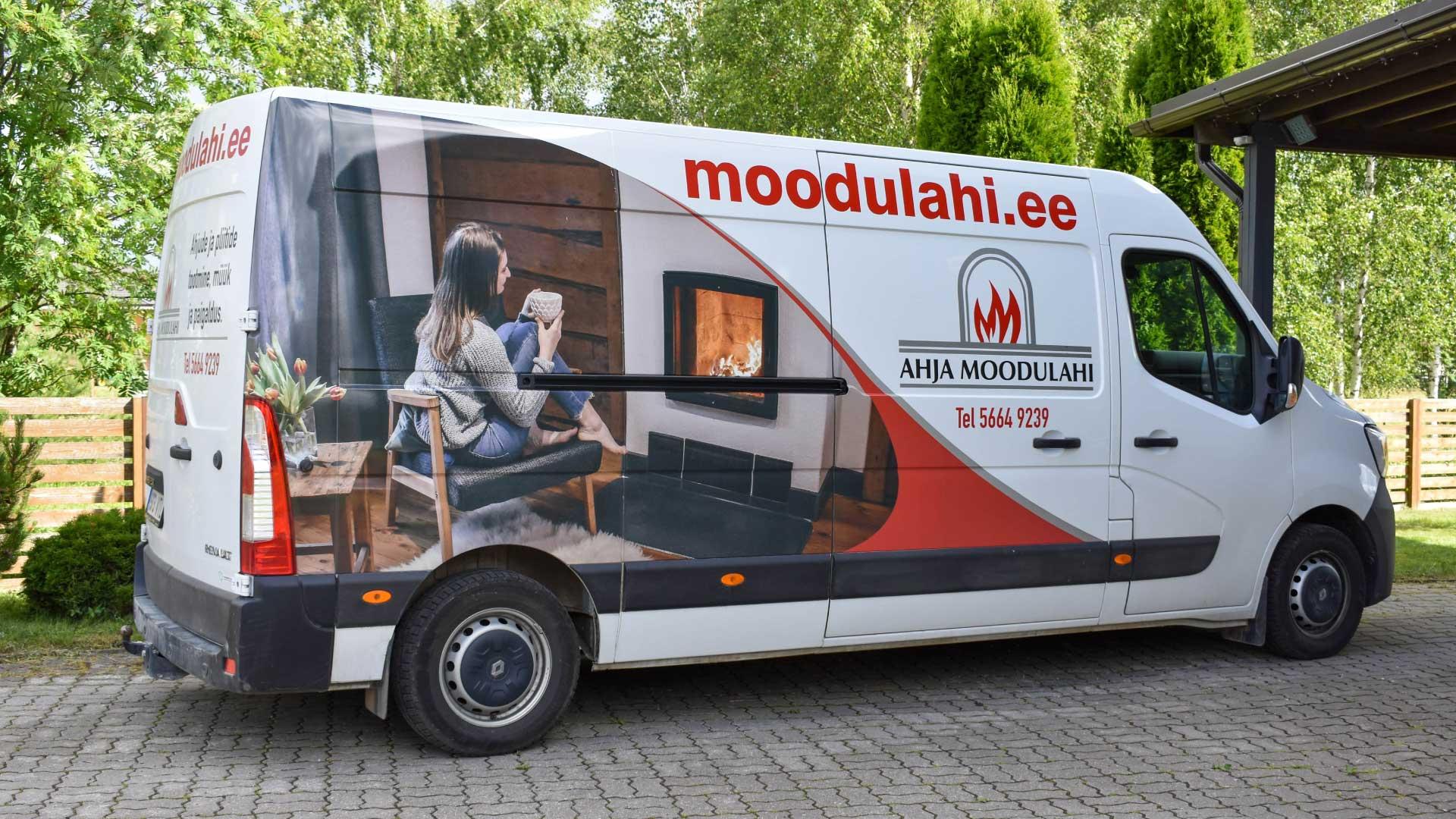 Moodulahju buss, mida kaunistab firma logo
